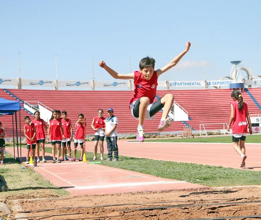 El salto largo formó parte de las pruebas de ayer.
