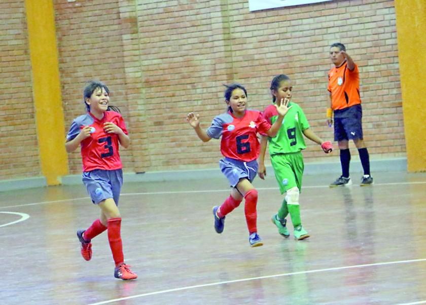 Las chuquisaqueñas de Eduardo Abaroa festejan uno de sus goles en fútbol de salón.
