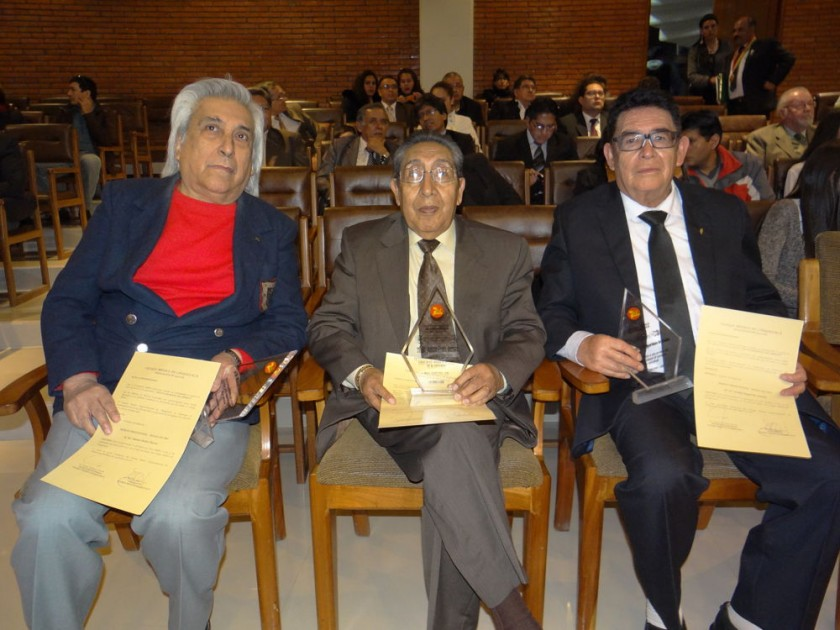 Reconocimiento por 50 años: Manuel Michel Huerta, Jaime León Iporre y Freddy Magariños.