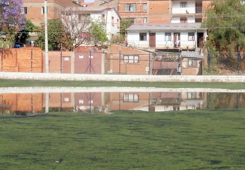 SIN SALIDA. El agua en la cancha de Valle Hermoso.