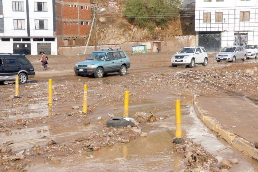 ENLODADO. Cerca de Quirpinchaca, las calles terminaron con lodo y piedras.