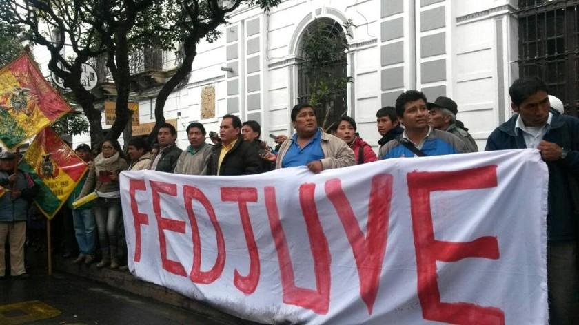 La marcha de FEDJUVE realizó un mitin en el frontis del edificio de la comuna. Foto: CORREO DEL SUR