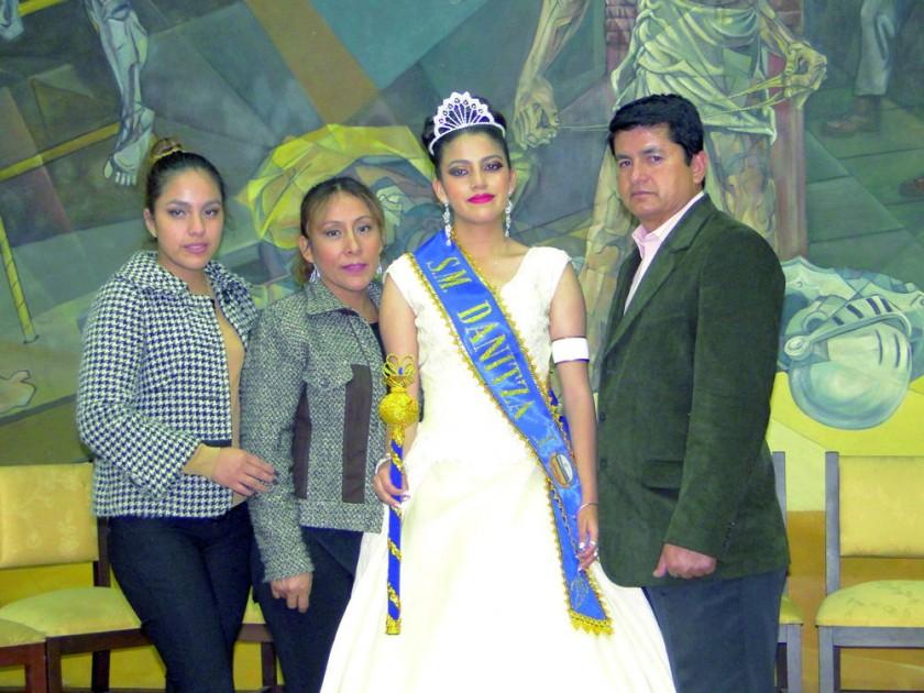 María Elena Moscoso y Giovanna Ferrufino, Danitza Moscoso y José Moscoso.