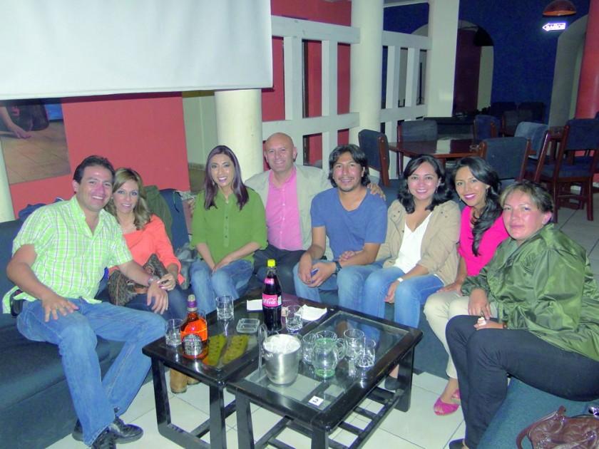 """Los amigos se reunieron para celebrar el cumpleaños de """"Ñeca"""" (tercera, izquierda) y darle la bienvenida a Mónica Ceres"""