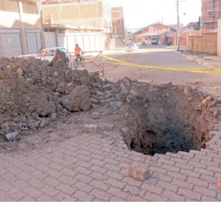 HUNDIMIENTO. Las últimas lluvias dejaron serios daños en un sector del Barrio Honduras, donde se produjo un hundimiento