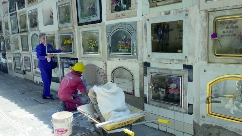 MANTENIMIENTO. Muchos familiares hicieron colocar lápidas y otros hicieron limpieza para la celebración de la...