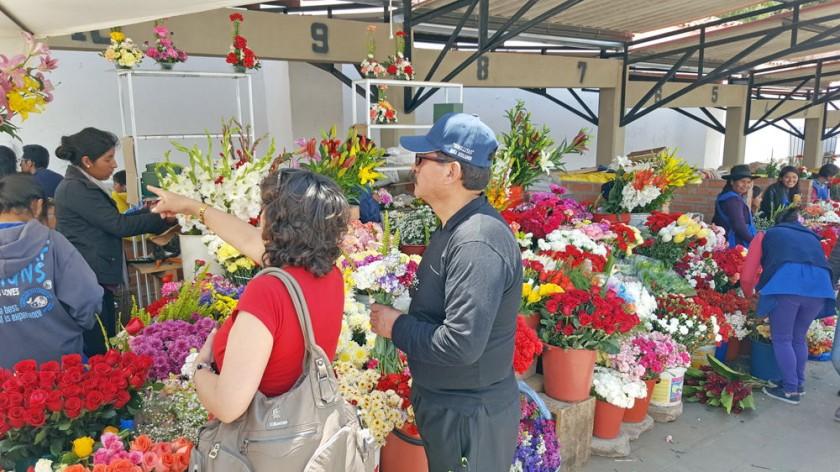 TRADICIÓN. Familiares llevan flores a sus difuntos.