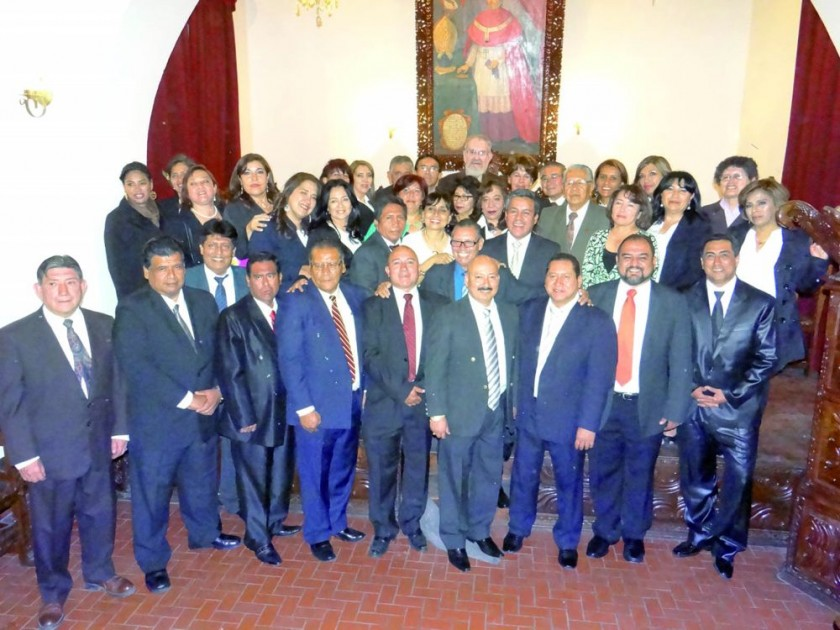 "Promoción ""Dr. David Cabezas Caballero, Doctorcitos 91"" junto a sus docentes distinguidos."