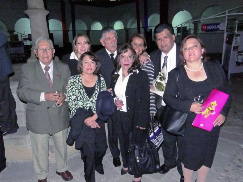 Atrás: Mario Gonzales, Virginia Medrano, David Cabezas, Giovana Araníbar y Bernardo Suárez. Adelante: Iblin Serrano...