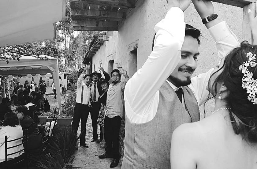 UNIÓN. El matrimonio de Naira y Sergio se realizó en El Molino de Pihusi, en Cochabamba, al que asistieron sus amigos...