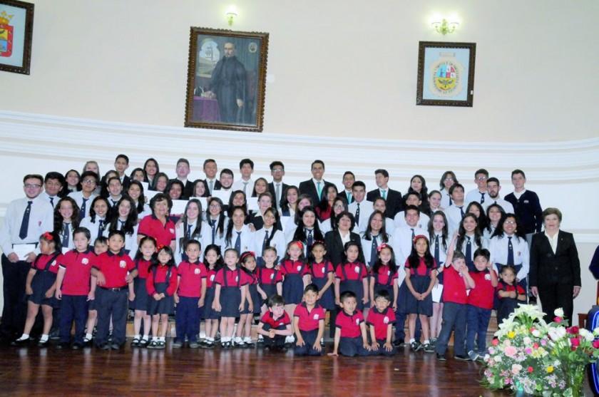 Ex Alumnos junto a la Coral Infantil.
