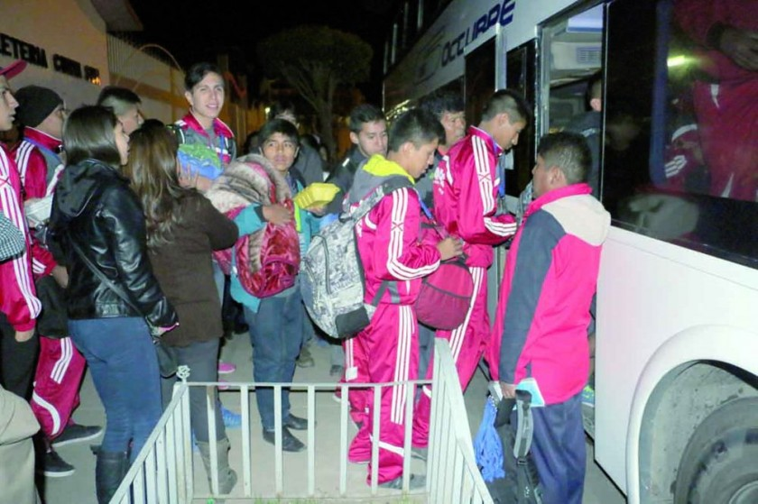 Autoridades y familiares despidieron a la delegación chuquisaqueña, compuesta por estudiantes, entrenadores...