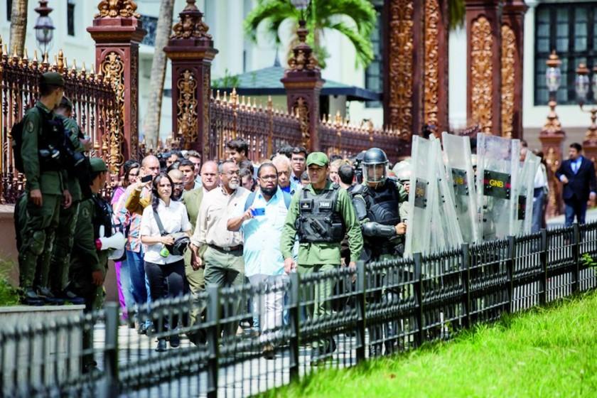 TENSIÓN. Miembros de la Guardia Nacional Bolivariana (GNB) custodian el paso de los diputados de la Asamblea Nacional.
