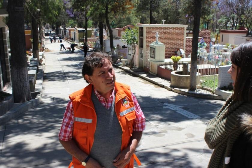 PREPARACIÓN. El administrador del Cementerio General de Tarija, Ariel Zamora.