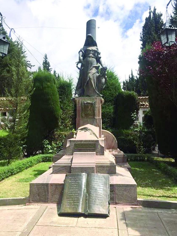 HOMENAJE. El monumento a la batalla de Ayo Ayo tiene la figura de una madre con la mirada muy triste sujetando una...