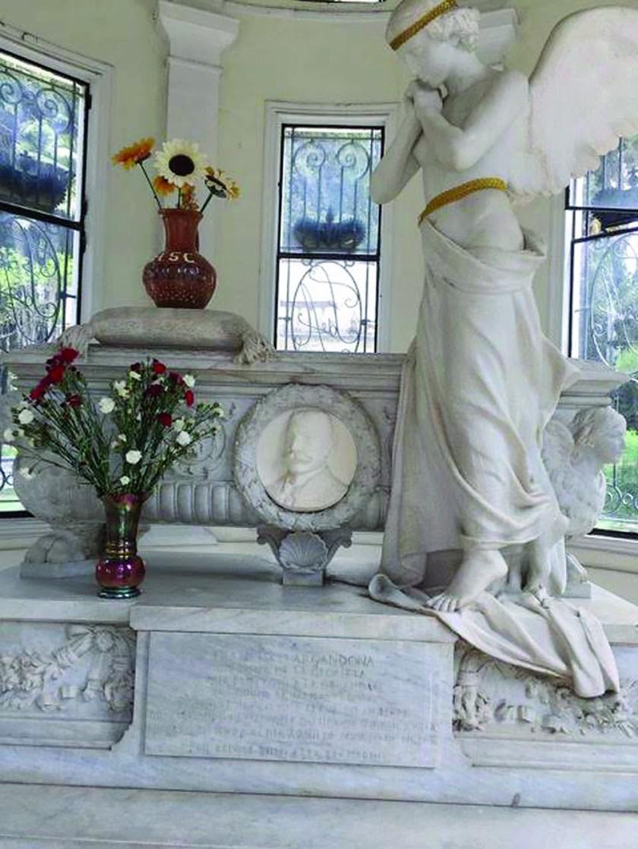 DETALLE. El mausoleo de los príncipes de La Glorieta con una escultura hecha en mármol de Carrara.