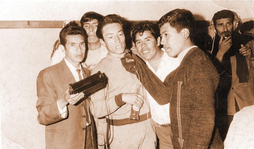 HISTORIA. De izquierda a derecha, los comunicadores Víctor Hugo Hevia, Jaime Gallo, Ramiro Blacut, jugador de la...