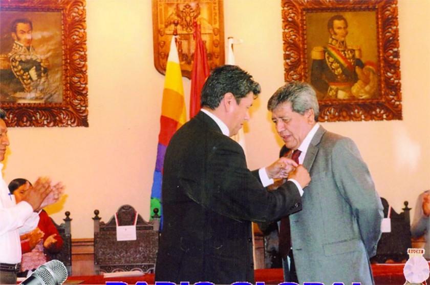 RECONOCIMIENTO. El Alcalde entrega la medalla Heroína Juana Azurduy de Padilla a Fabio Porcel.