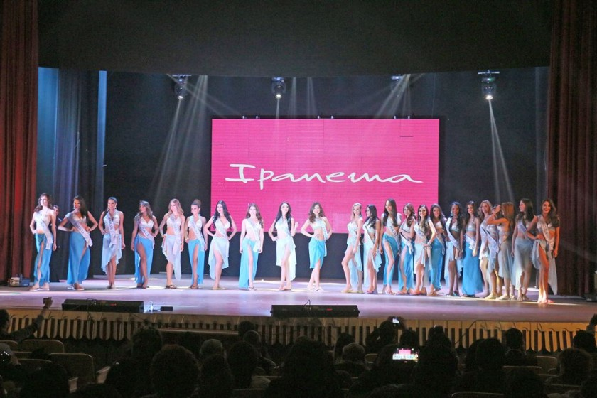 candidatas. Las 23 jovencitas lucieron su belleza y carisma con trajes representativos de la cultura de sus países.