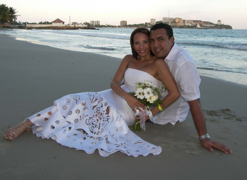 Una feliz pareja, tras casarse en la playa.