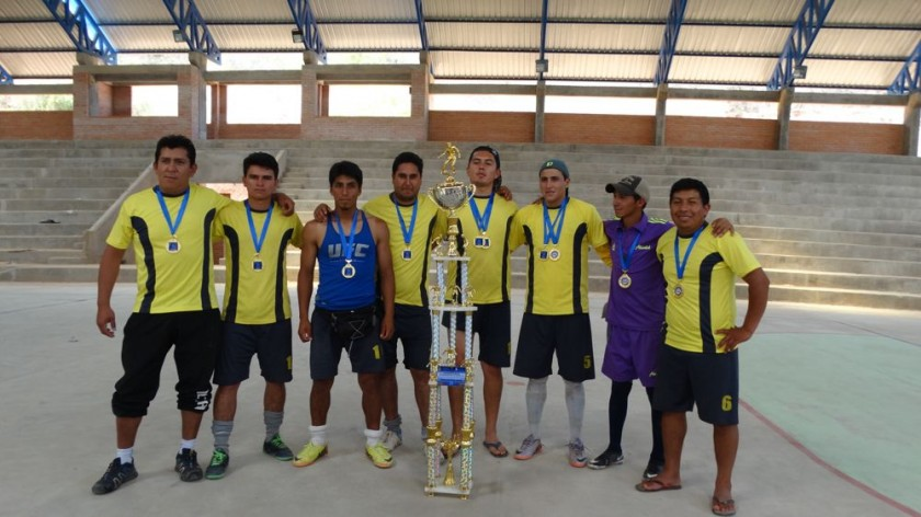 Los campeones lucieron orgullosos sus trofeos y medallas.