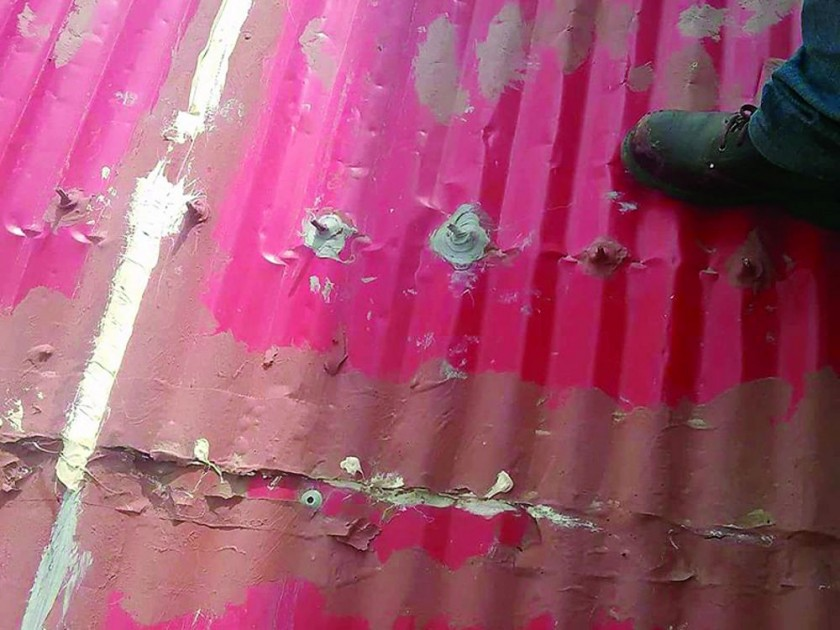 """AEROPUERTO. El asambleísta Cordero denunció que ponen calaminas """"truchas"""" a la cubierta y mostró varias fotografías..."""