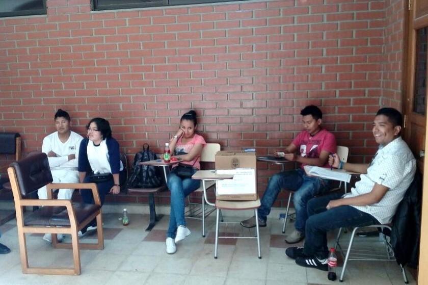 Se evidencia ausentismo de los estudiantes en los recintos electorales. Fotos: CORREO DEL SUR