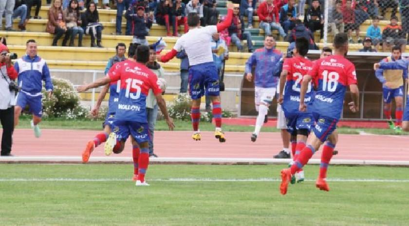 Alexis Bravo celebra el gol del empate, anotado en el tiempo de descuento desde el punto penal (arriba).