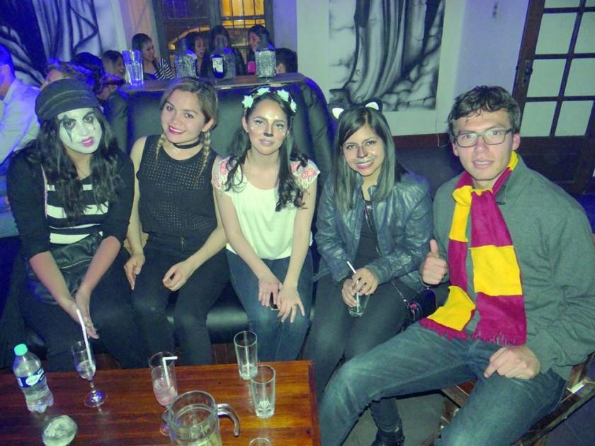 Pao, Alejandra, Mikaela, Paola y Marcelo.