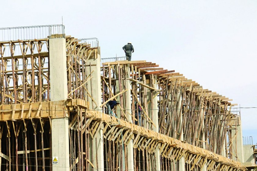 INSEGURIDAD. Muchos trabajadores se exponen a situaciones peligrosas al no usar medidas de seguridad.