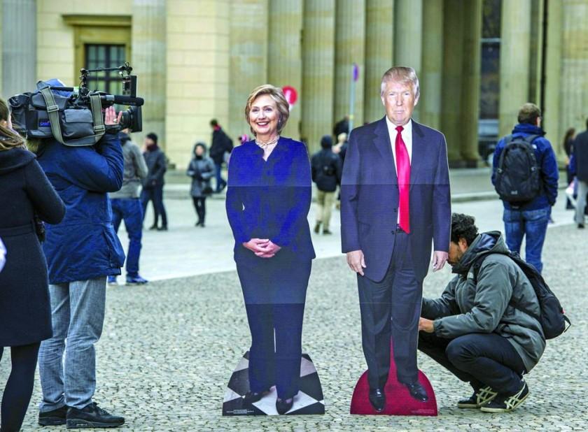 VOTACIÓN. Dos efigies de cartón de los candidatos a la Presidencia de EEUU, Hillary Clinton y Donald Trump, a pocas...
