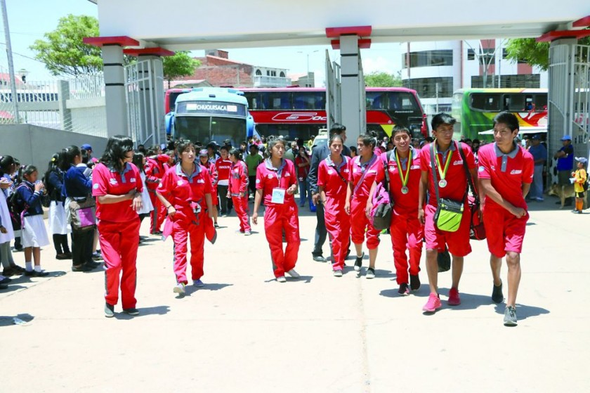 La delegación chuquisaqueña arribó ayer a la Capital y fue recibida en un acto especial, en el frontis del estadio...
