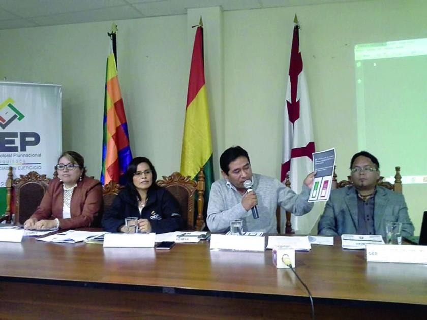 VOCALES. Gabriela Torres, Olga Mary Martínez, Ernesto Soliz y Gunnar Vargas, en una aparición pública reciente...