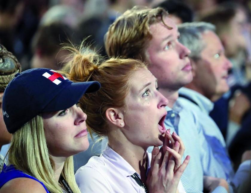 RESULTADOS. Seguidores de la candidata demócrata Hillary Clinton reaccionan luego de conocer los resultados electorales.