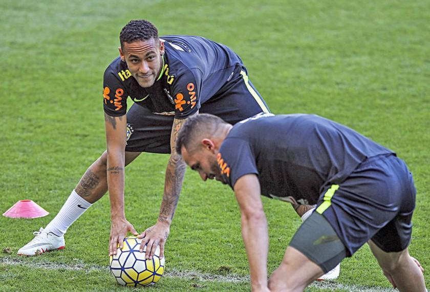 El brasileño Neymar y el argentino Lionel Messi se sumaron ayer a sus respectivas selecciones.