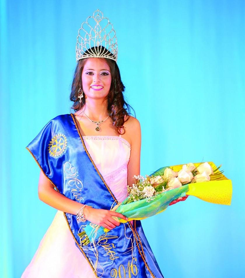 Natalia se ciñe la corona de Miss Quince Años en animada elección