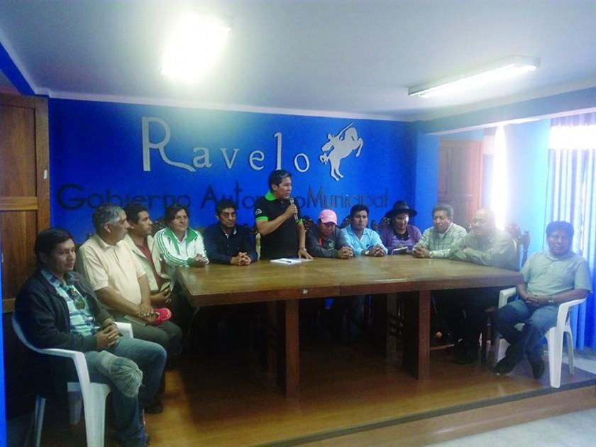 REUNIÓN. Luego de las visitas el Alcalde de Ravelo y los Concejales se reunieron.