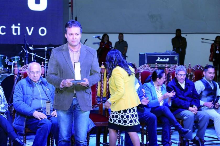 Julio  Auza Gerente General, recibe el reconocimiento a Correo del Sur