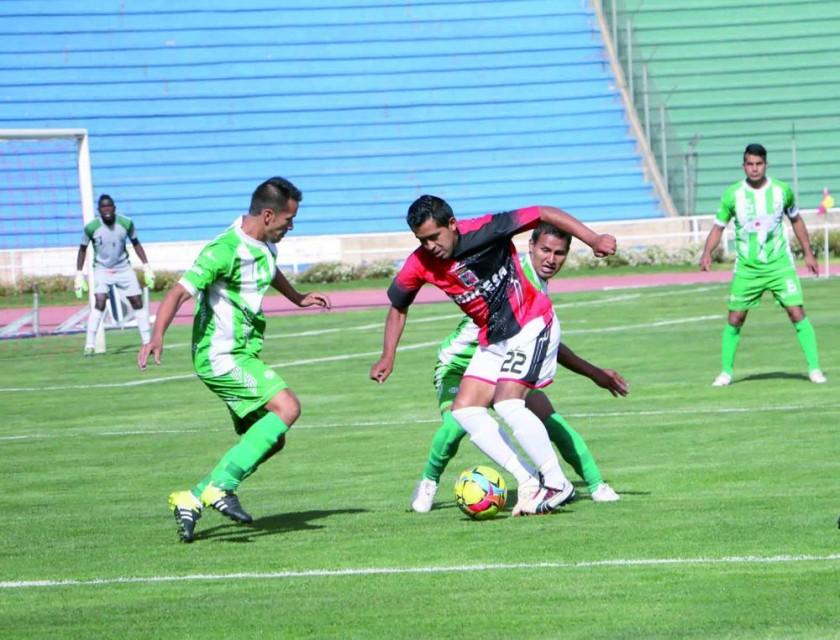 El partido entre cementeros y chapacos se disputó ayer, en el estadio Patria; el festejo de los visitantes.