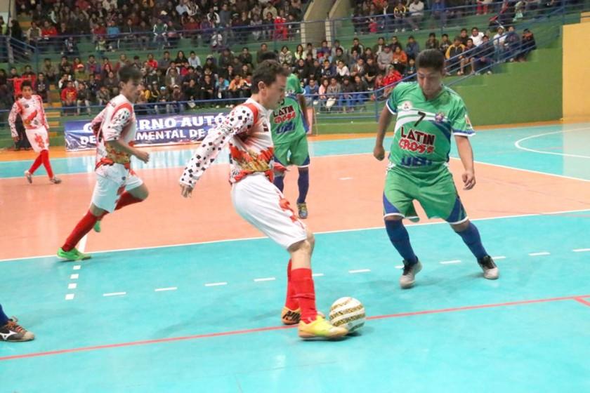 Manuel Salinas controla el balón ante la marca de un rival paceño.