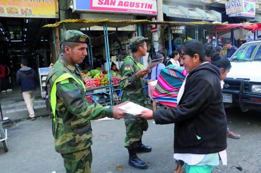 socialización. Una ciudadana recibe una de las copias del proyecto de Carta Orgánica.