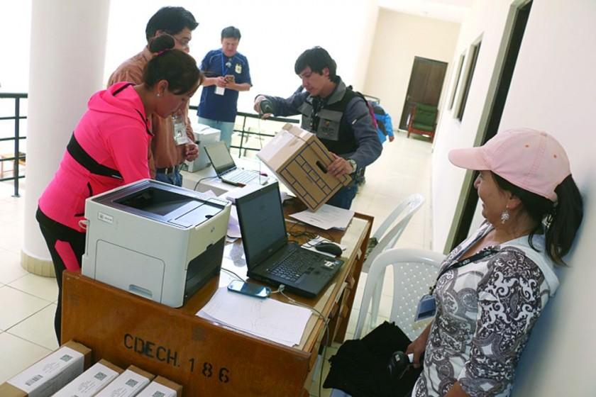 REFERÉNDUM. Funcionarios del Tribunal Electoral Departamental entregan el material de votación para los diferentes...