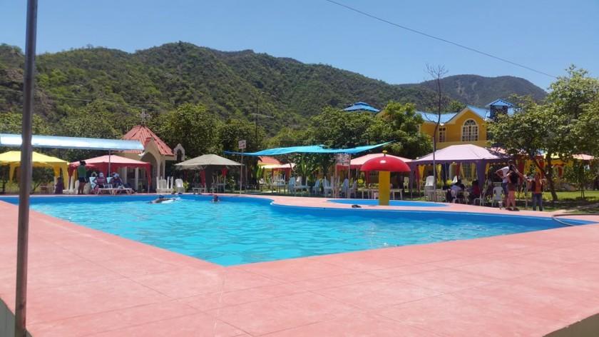 Una vista de la amplia piscina del complejo recreacional Valle Tropical.