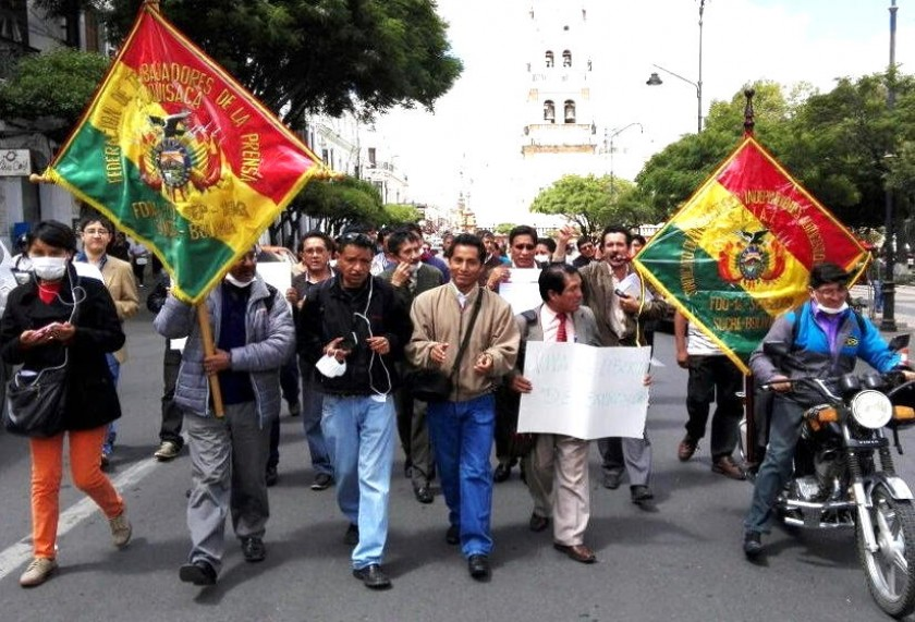 La marcha de los periodistas esta mañana en el centro de la ciudad. Foto: CORREO DEL SUR