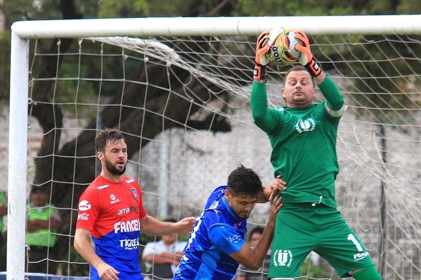Marcelo Robleto atrapa el balón frente a la mirada de Federico Silvestre (i). Foto: Marka Registrada