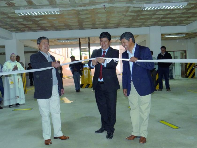 Abdon Porcel, Iván Arciénega y Edmundo Pórcel realizan  el corte de cinta.