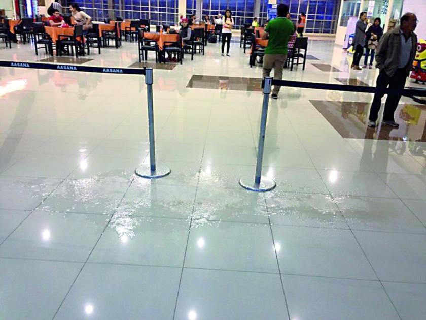 AEROPUERTO. Fuerte lluvia volvió a desnudar problemas de drenaje y cubierta.