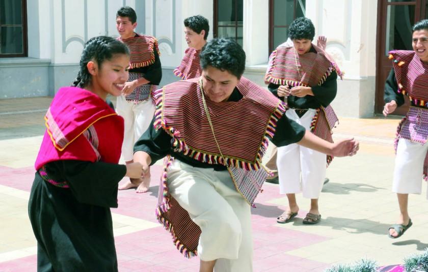 DEMOSTRACIÓN. Jóvenes del municipio de Tarabuco bailaron, ayer, chuntunqui en el patio de la Gobernación.