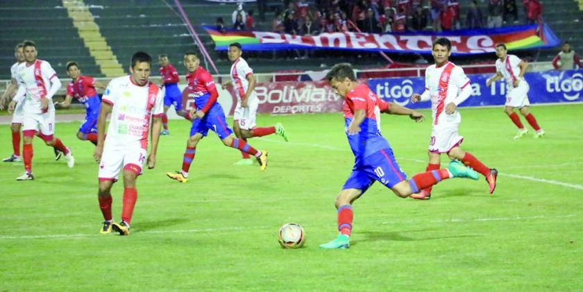 El mediocampista brasileño Marcelo Gomes intenta sacar un centro ante la marca del defensor Oscar Áñez, en el partido...