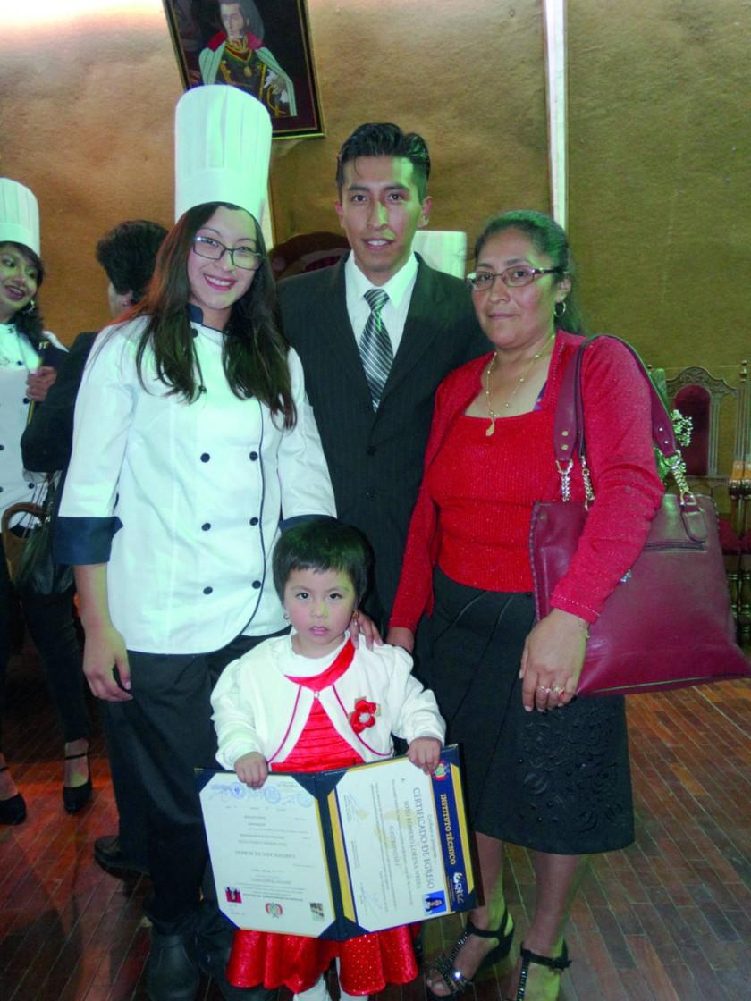 Lorena Soto al lado de su familia.